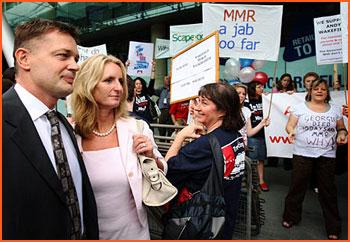 Andrew Wakefiled, fru och demonstranter...